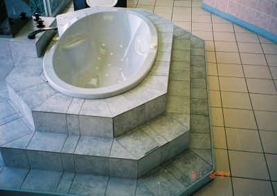 statement oval bath with steps
